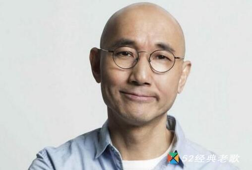 卢冠廷(本名:卢国富,昵称:LoLo,Lowell Lo )1950年7月19日出生于香港,香港电影音乐著名作曲家、演员、歌手,著名环保人士。 卢冠廷幼年移居美国,先后毕业于西雅图华盛顿州立大学和科尼许音乐学校。1977年之后回港发展娱乐事业,并先后获得香港乐坛、香港电影金像奖和台湾电影金马奖等多个奖项。他太太后来替他改为卢冠廷。 基本资料 中文名:卢冠廷 外文名:Lowell Lo 别名:LoLo 原名:卢国富 国籍:中国 民族:汉族 出生地:香港 生日:1950年10月12日 职业:演员、歌手、作曲家 代表作:《天鸟》、《天籁》、《一生所爱》、《如风往事》 唱片公司:EMI、滚石唱片 星座:天秤座 配偶:唐书琛 毕业院校:西雅图华盛顿州立大学 出道时间:1982年 出道地点:香港 音乐类型:粤语流行音乐 演奏乐器:主唱、吉他、钢琴、提琴 主要成就:1988年叱咤乐坛作曲家CASH大奖、1988年十大劲歌金曲奖最佳作曲奖、第6届香港金像奖最佳主题歌奖、第9届香港金像奖最佳主题歌奖、第29届金像奖最佳原创电影歌曲奖 从艺历程 1985年为影片《半段情》作曲,获好评。 1986年为《最爱》主题歌作曲,获第六届香港金像奖最佳主题歌奖。 1988年为《七小福》Painted Faces作曲,获第25届台湾金马奖最佳电影音乐奖。 1990年为《群龙戏凤》PedicalDraiver 1989作曲,获第九届香港金像奖最佳主题歌音乐奖。 荣誉记录 1977年获美国业余演唱金奖。 1986年凭电影《最爱》主题曲获第六届香港金像奖最佳主题歌奖。 1988年凭《但愿人长久》荣获1988年度十大劲歌金曲颁奖典礼最佳作曲奖。 1988年获叱咤乐坛流行榜颁奖典礼—叱咤乐坛作曲家CASH大奖。 1988年为电影《七小福》Painted Faces作曲,获第二十五届台湾金马奖最佳电影音乐奖。 1990年为电影《群龙戏凤》Pedical Draiver 1989作曲,获第九届香港金像奖最佳主题歌音乐奖。 2010年4月18日凭电影《岁月神偷》主题曲《岁月轻狂》获得第29届香港电影金像奖最佳原创电影歌曲奖。